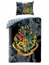 Dětské povlečení s motivem oblíbeného Harryho Pottra. Je vyrobeno z kvalitní 100% bavlny. Toto povlečení je oboustranné, přední stranu povlaku přikrývky zdobí barevný erb školy čar a kouzel. Povlečení má praktické zapínání na zip. Rozměr: 140 x 200 cm + 70 x 90 cm. Toto povlečení je opatřeno mezinárodním certifikátem kvality Öeko-Tex Standard 100, který zaručuje stálost barev i rozměrů a také to, že výrobek neobsahuje škodlivé látky.